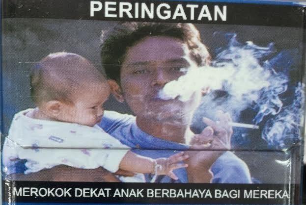 Gambar Pria Sambil Gendong Bayi Lucu Di Bungkus Rokok Ini