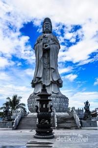 Patung Dewi Kwan Im yang terlihat megah