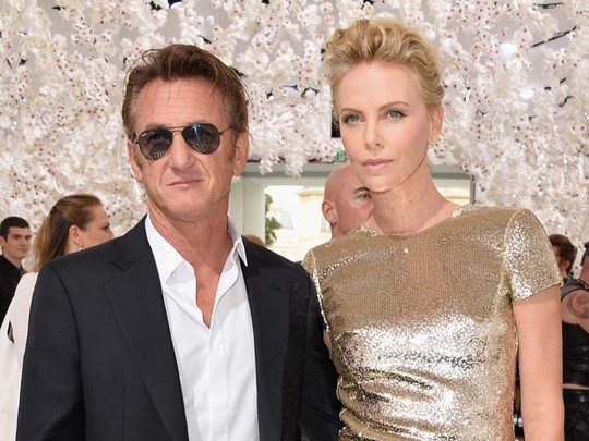 Charlize Theron dan Sean Penn Serasi di Paris Fashion Week