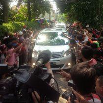 Ratusan Warga Sambut Kedatangan JK di Rumah Megawati