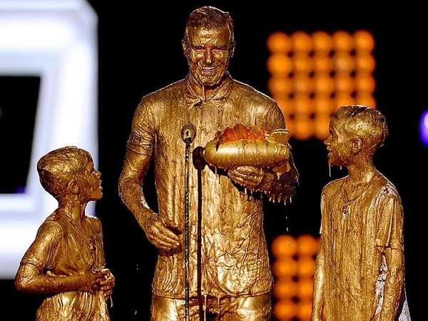 Byurrr! David Beckham dan Dua Anaknya Diguyur Emas