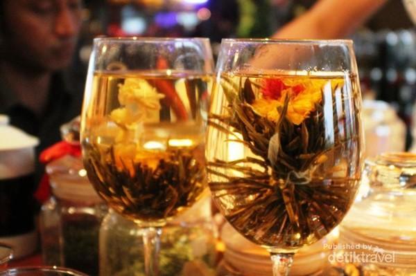 Bukan hanya manusia saja yang mempunyai pasangan. Ternyata teh pun punya pasangan di Yuyuan Garden, Shanghai, China. Di sana ada yang bernama Teh Romeo dan Juliet lho!