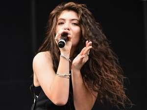 Raih 2 Grammy, Lorde Tebar Senyuman di Bandara