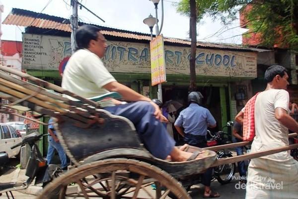 Di Calcutta, India, ada semacam becak. Tapi bentuknya berbeda dengan di Indonesia yang digowes pengemudinya dari belakang. Becak ala India adalah kereta yang ditarik oleh manusia seperti halnya di China di awal abad XX.