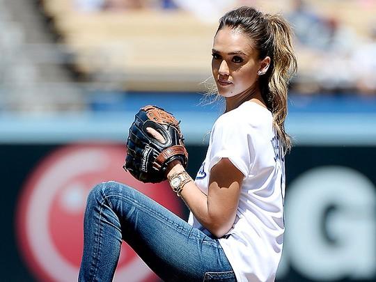 Aksi Jessica Alba Bermain Bisbol