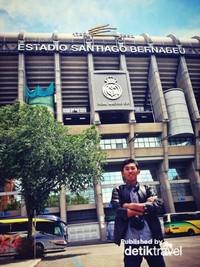 Pose di depan kandang Real Madrid