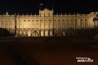 Palacio Real de Madrid saat malam hari