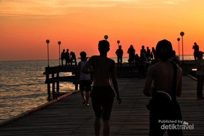 Sunset Memesona di Pantai Akkarena, Makassar