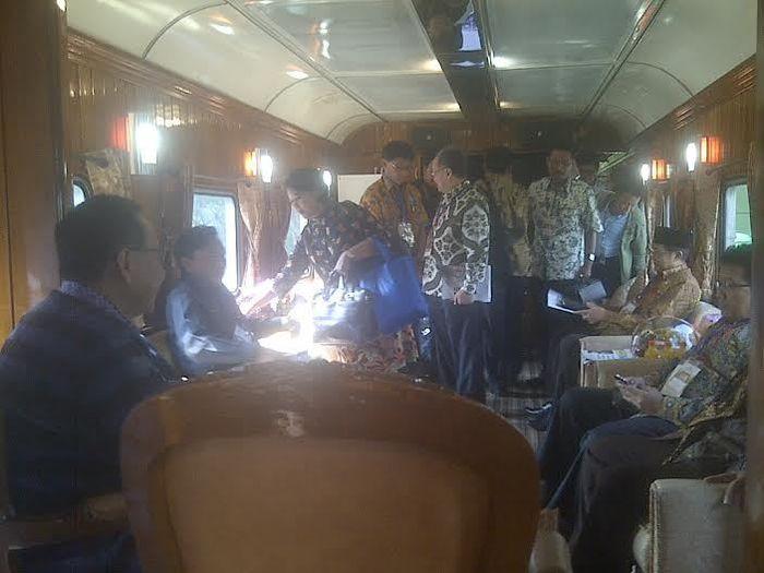 Suasana dialog Wamenhub dengan para pimpinan daerah di Kereta Api Argo Bromo Anggrek