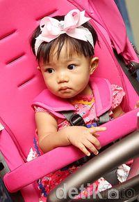 Cantiknya Aqila pakai bandana pink. (Foto: Gus Mun/detikHOT)