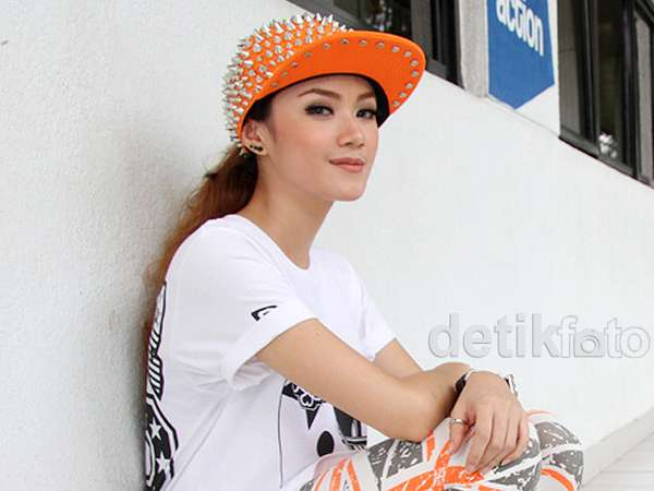 Gaya Dara The Virgin dengan Topi Stud, Yay or Nay?