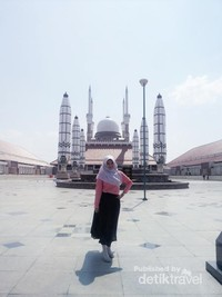 Berfoto di depan masjid.