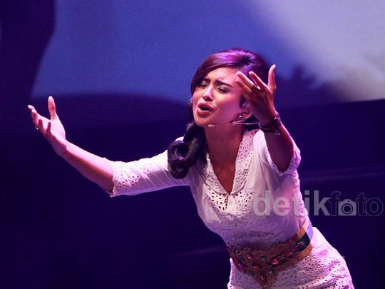 Ayushita dan Cak Lontong di Teater Roman Made in Bali