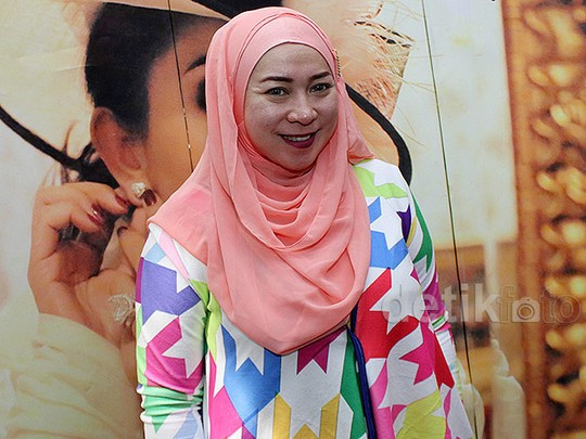 Melly Goeslaw Tampil Berhijab