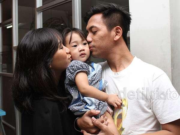 Kebersamaan Rian dMasiv dengan Istri dan Putri Tercinta