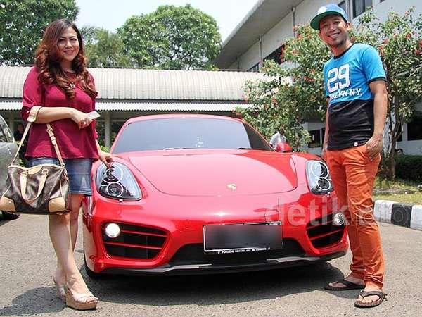Pose Denny Cagur dan Istri di Mobil Porsche Merahnya