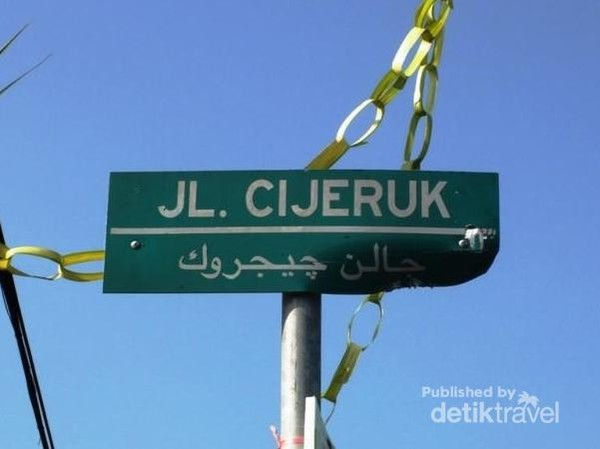 Kalau jalan-jalan ke Lembang, Bandung, jangan lupa memperhatikan papan nama jalan. Ada yang unik di sana. Nama jalannya berbahasa Sunda, namun ditulis dengan aksara Arab. Sungguh perpaduan budaya yang menarik.