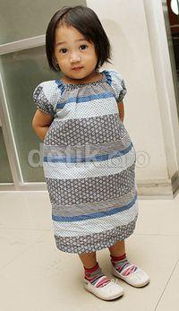 Imutnya! Euralia tampil dibalut dress bernuansa biru, kaus kaki warna-warni dan sepatu putih. (Gus Mun/detikFoto)