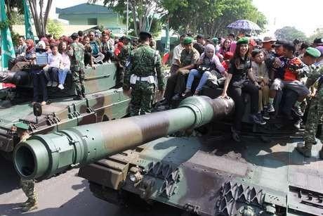 KSAD Bangga Rakyat Antusias Naik Tank dan Kendaraan Perang TNI