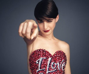 Pemotretan Topless Anne Hathaway untuk Majalah Harpers Bazaar
