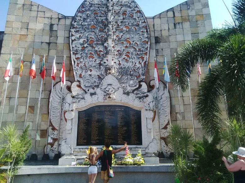Peringati 12 Tahun Bom Bali, Turis Tabur Bunga di Ground Zero Kuta