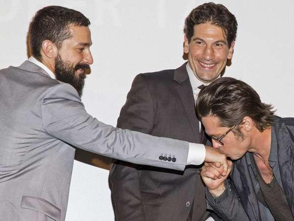 Brad Pitt Cium Tangan Shia LaBeouf di Premiere Fury