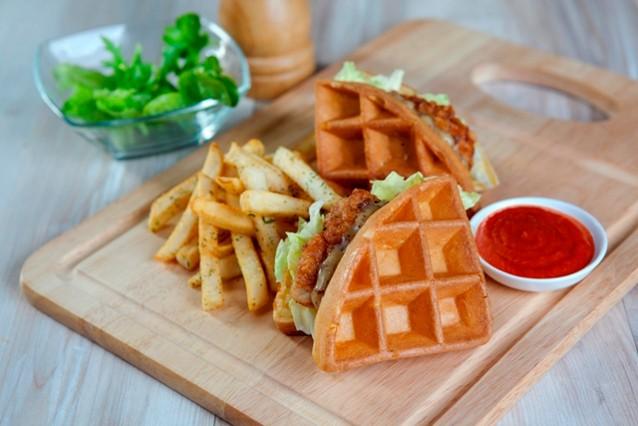 Xxi The Premiere Lounge Menikmati Chicken Waffle Dan Spaghetti