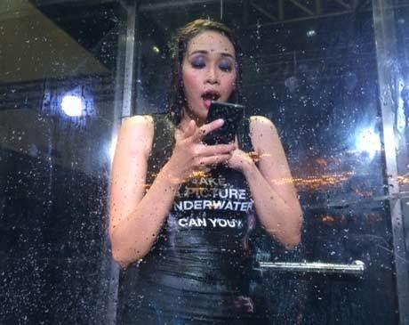 Sony Z3 diajak basah-basahan (rou/detikINET)