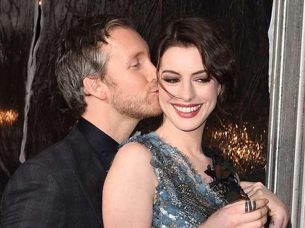 Aww, Anne Hathaway Dikecup Mesra Suami