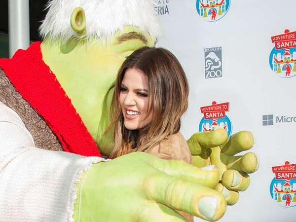 Khloe Kardashian Dipeluk si Hijau Shrek
