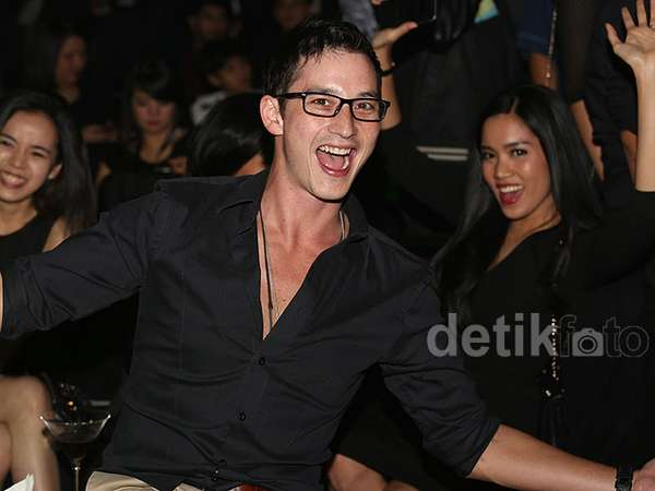 Party Bareng Mike Lewis