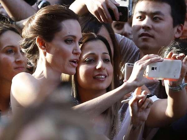 Asyiknya Selfie Bareng Angelina Jolie dan Brad Pitt