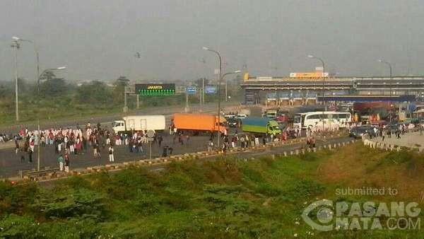 Penampakan Gerbang Tol Cikarang yang Kacau Akibat Diblokir Buruh