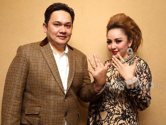 Pamer Cincin di Jari Manis, Farhat Abbas dan Regina Sudah Menikah?