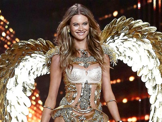 Aksi Istri Adam Levine di Fashion Show Victoria's Secret