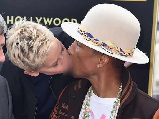 Ellen DeGeneres Cium Pharrell Williams di Hollywood Walk of Fame