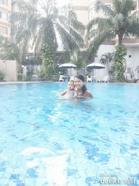liburan kali ini baby abigail bermain air  sama papi, underwater diusianya yang mau menginjak 7bulan.....