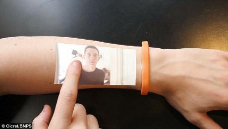 Canggih Gelang Ini Bisa Bikin Tangan Jadi Layar Ponsel