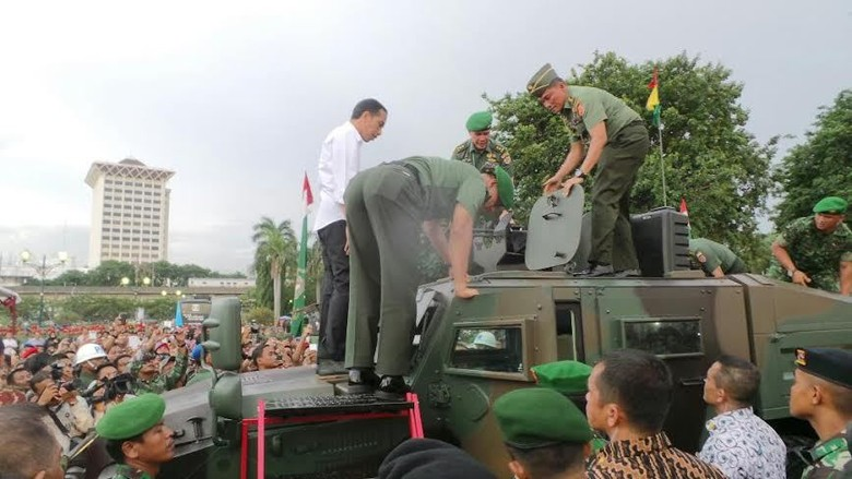 Tinjau Pameran Alutsista TNI AD di Monas, Jokowi Disambut Pengunjung