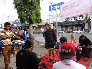 Komunitas Vespa Ngamen Bantu Korban Longsor Banjarnegara