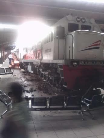 Brakk! Kereta Berhenti Lewati Batas dan Naik ke Lantai di Stasiun Kota