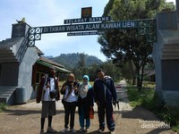 Gapura, gerbang masuk awal dimulainya tracking ringan hingga ke puncak Kawah Ijen
