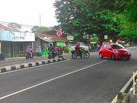 Pengendara baik motor maupun mobil sama-sama melanggar rambu dilarang berputar balik di Jalan Magelang Sleman Yogyakarta. (Foto Prsleman).