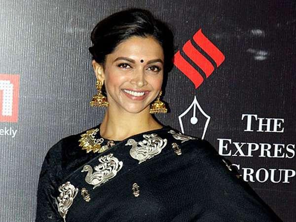 Cantiknya Bintang Bollywood Deepika Padukone Berbusana Sari