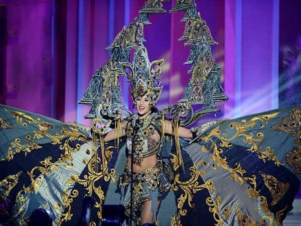 Aksi Elvira Devinamira di Parade Kostum Nasional Miss Universe