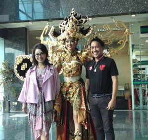 Tangis Haru Desainer Kostum Nasional Indonesia yang Menang Miss Universe