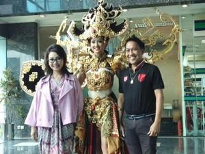 Karya Desainer Indonesia Dynand Fariz yang Menang di Kontes Kecantikan Dunia