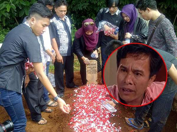 Suasana Duka di Pemakaman Zainal Abidin Domba