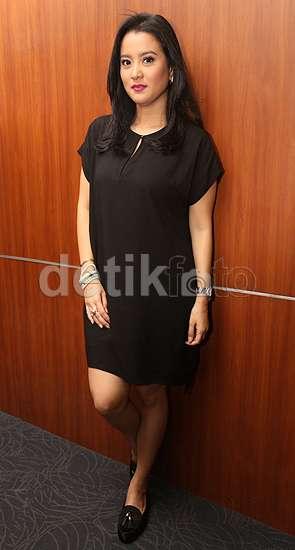 Simpel Dibalut Dress Hitam ala Marcella Zalianty