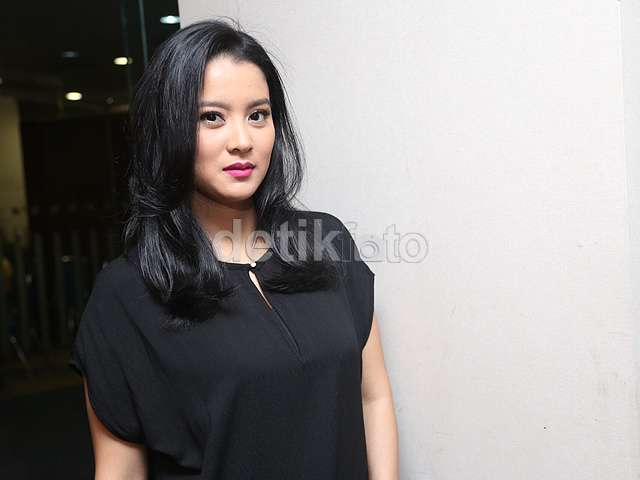 Simpel Dibalut Dress Hitam ala Marcella Zalianty